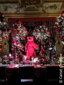 Buffet avec des décorations de Noël
